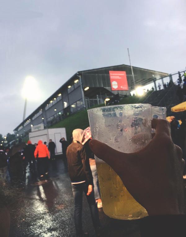Stadionbier im Regen! Wir Traditionalisten…