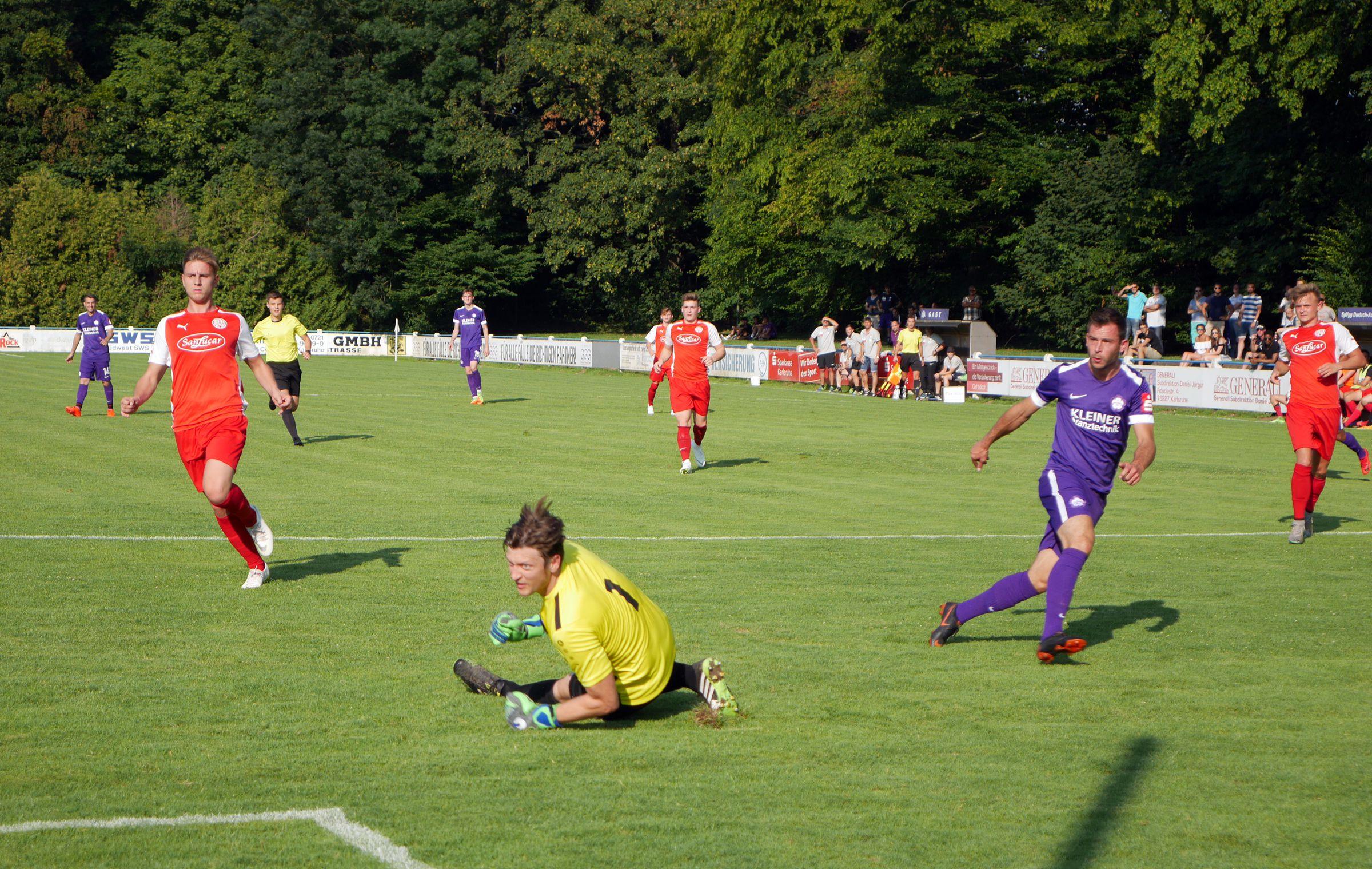 Torwart Mathias Dörrich schaut fassunglos dem Ball hinterher: Das 0:1!