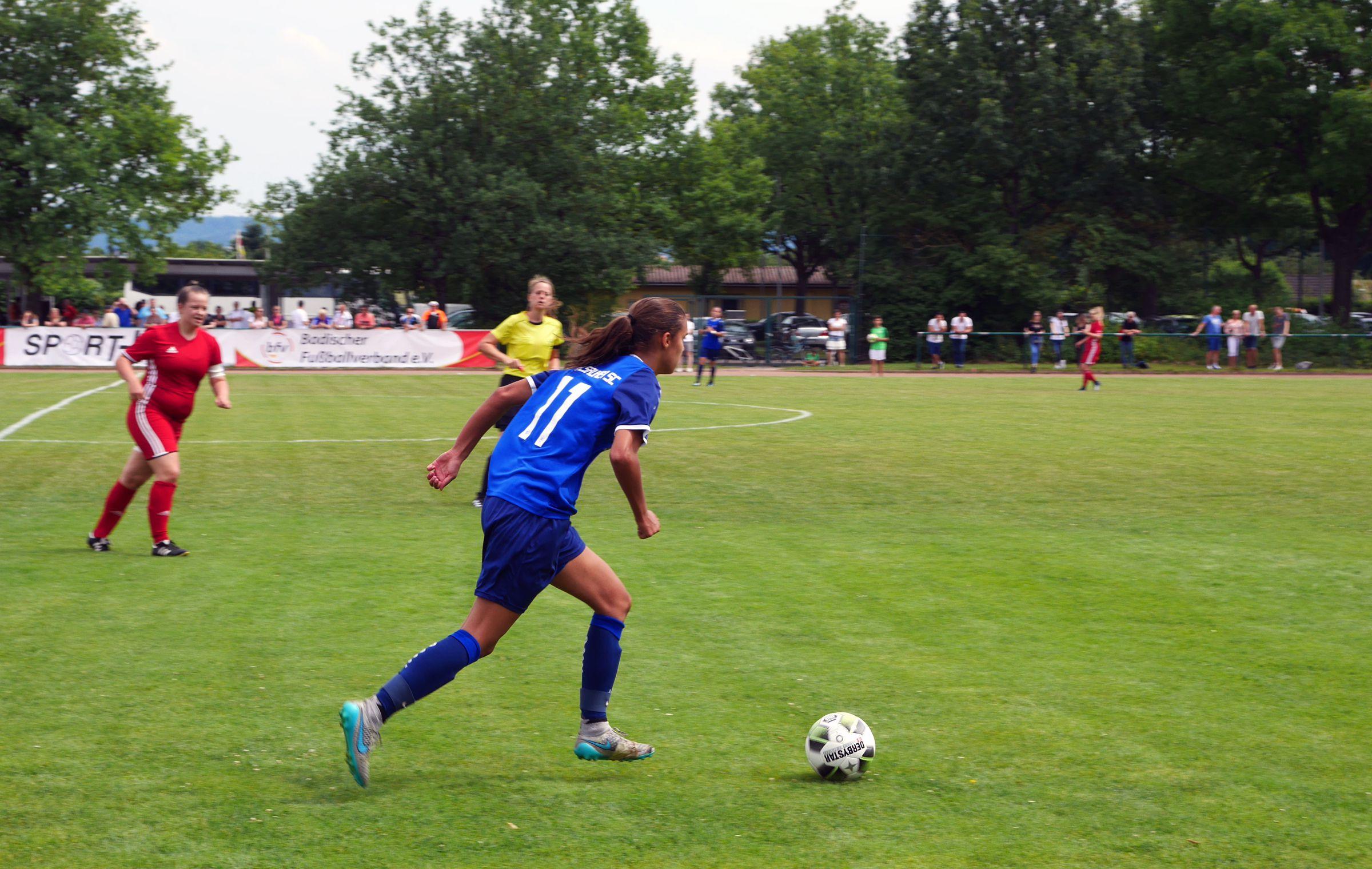 Anna Rogee vom KSC treibt den Ball nach vorne…