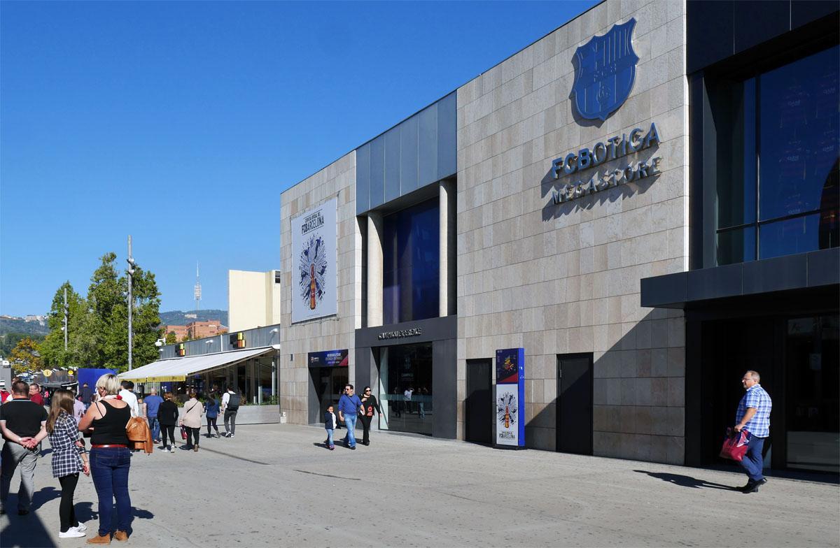Bild: Eingang zum Museum mit dem Fanshop daneben