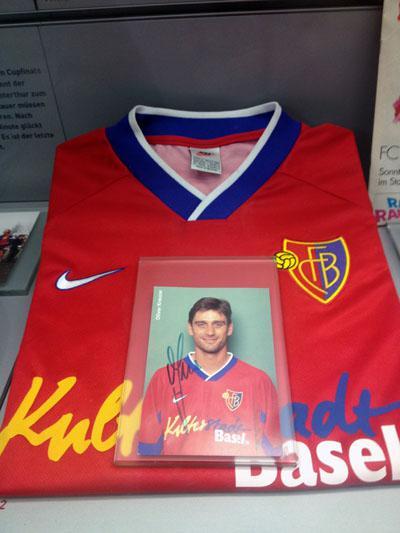 Trikot und Bild von Oliver Kreuzer im Stadionmuseum des FC Basel