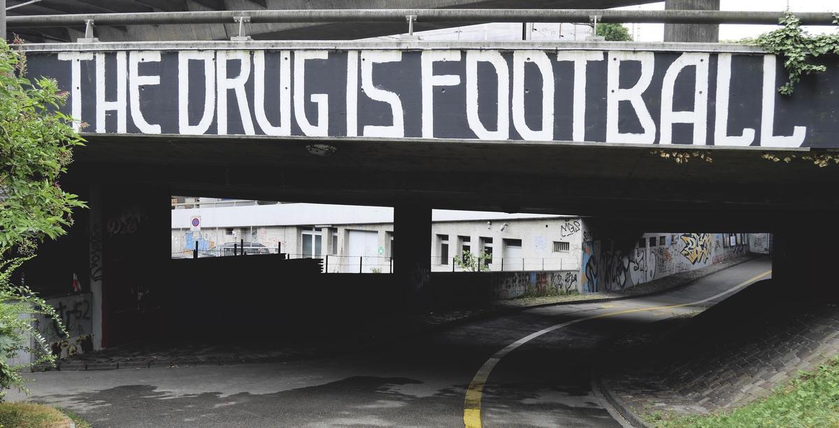 Tunnel mit Graffiti: Fußball ist die Droge