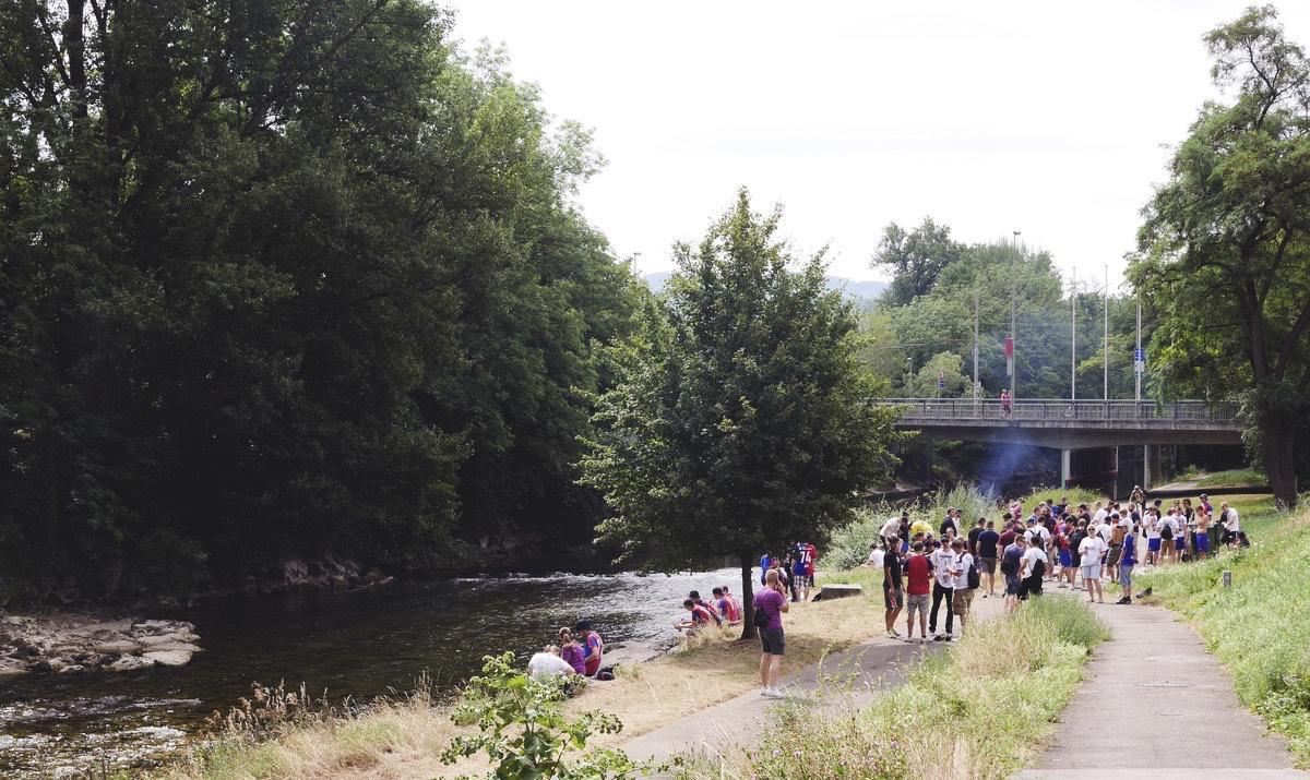 Fans des FC Basel grillen am Fluß Birs.