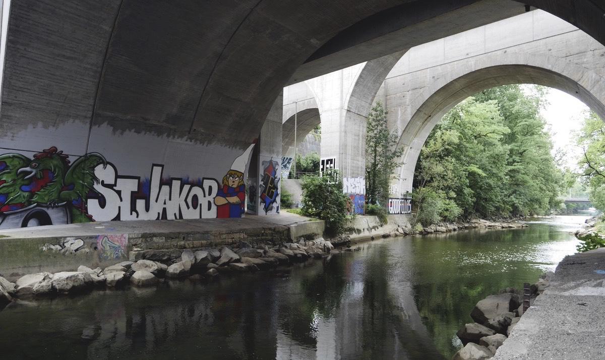 Tunnel mit Graffiti an Fluß Birs neben dem Stadion