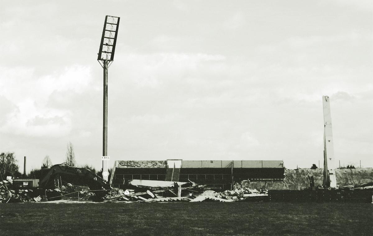 Symbolfoto: Alles kaputt im Fußball! So wie hier das Bökelberg-Stadion während des Abrisses im März 2006.