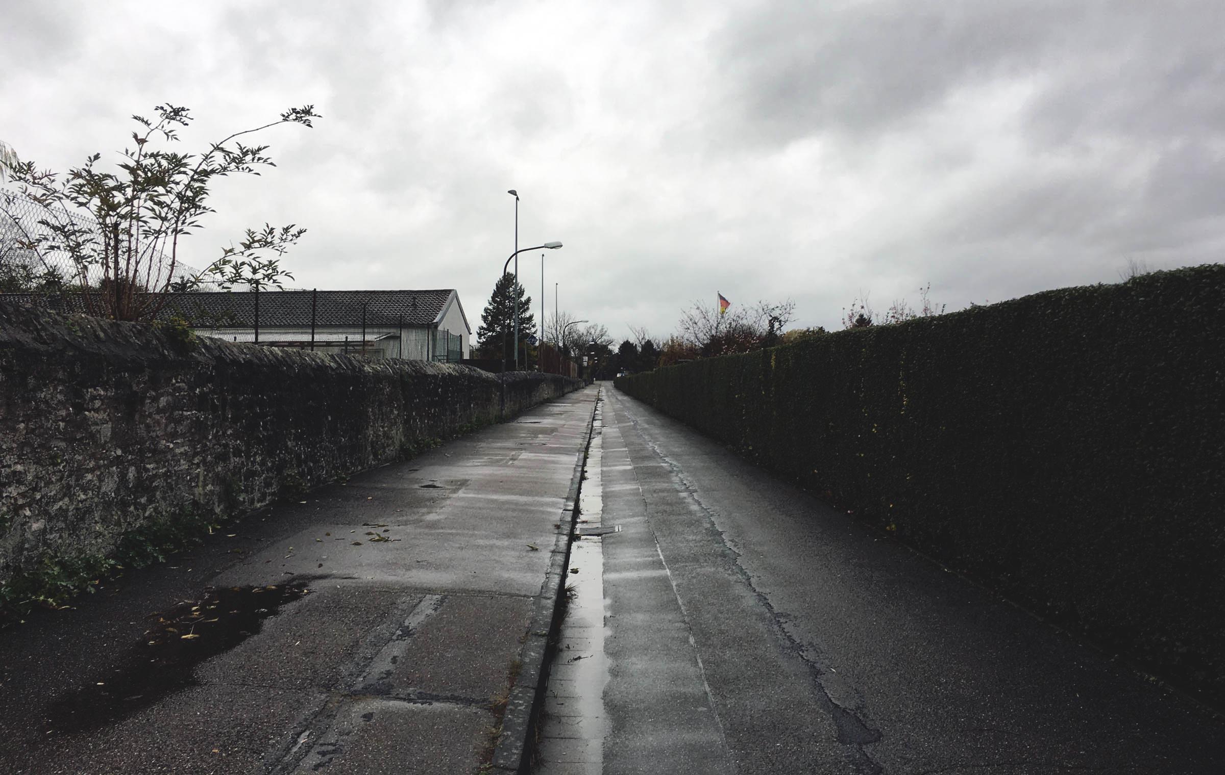 Gähnende Leere und düsteres Wetter auf dem Weg zum Sportzentrum…