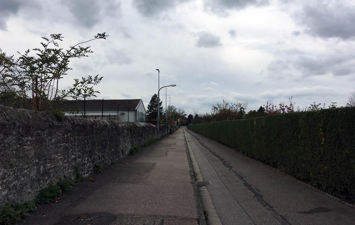 Menschenleeres Areal Richtung Sportplatz.