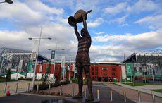 … und nachher mit der neuen Statue des Lisbon-Lions-Caption Billy McNeill auf dem neu gestalteten »Celtic Way« vor dem Stadion.
