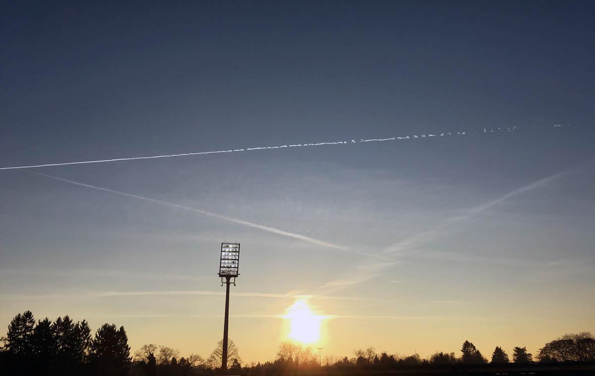 Sonnenuntergang mit »Chemtrails« über dem Bölle…