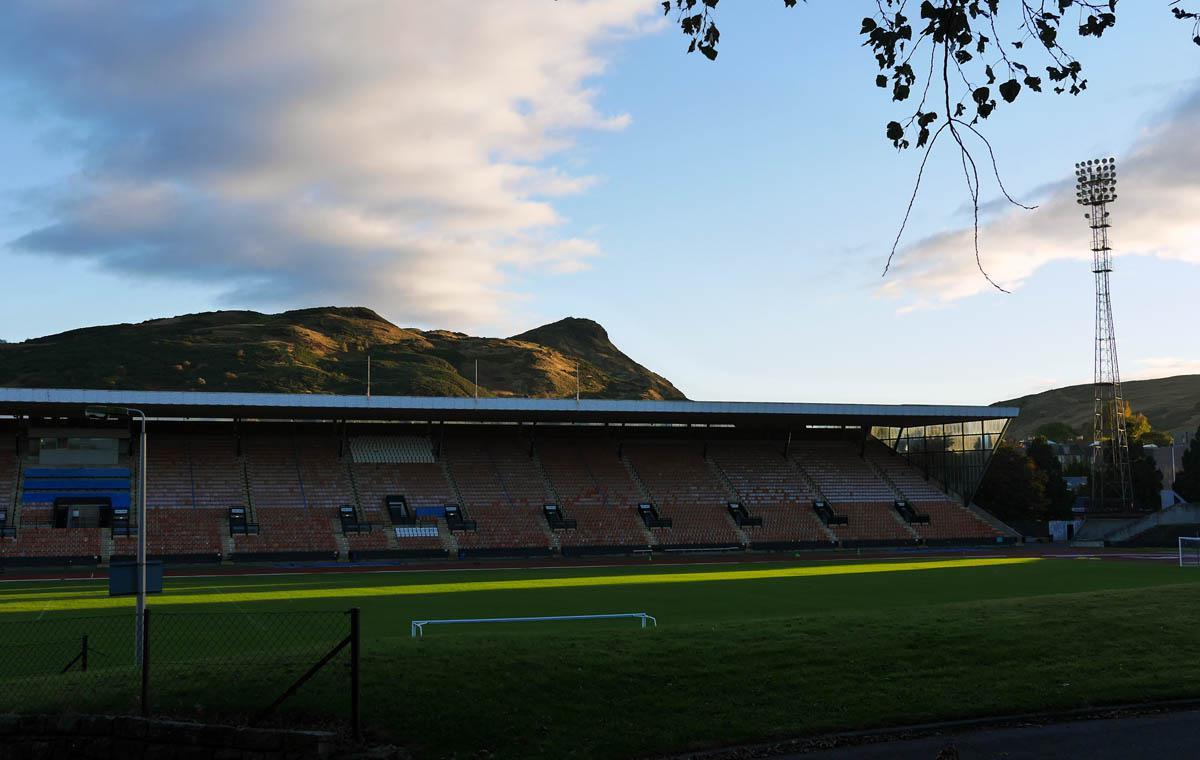 Meadowbank Stadium vor malerischer Kulisse