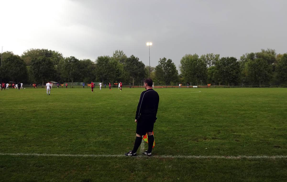 Der aufmerksame Schiedsrichterassistent.