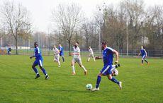 Ersingens Michael Weber treibt den Ball nach vorne…
