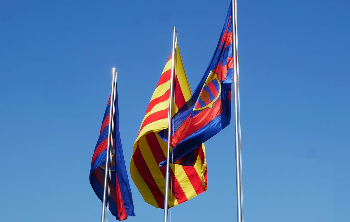Die Estelada und die Barça-Flagge vor dem Camp Nou.