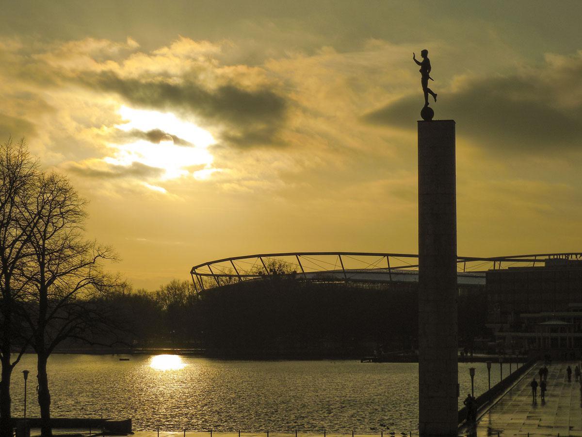 »Maschsee« (Roswitha Schlüter auf flickr, CC BY-NC-ND 2.0). Das Stadion von Hannover 96 liegt idyllisch am Maschsee…