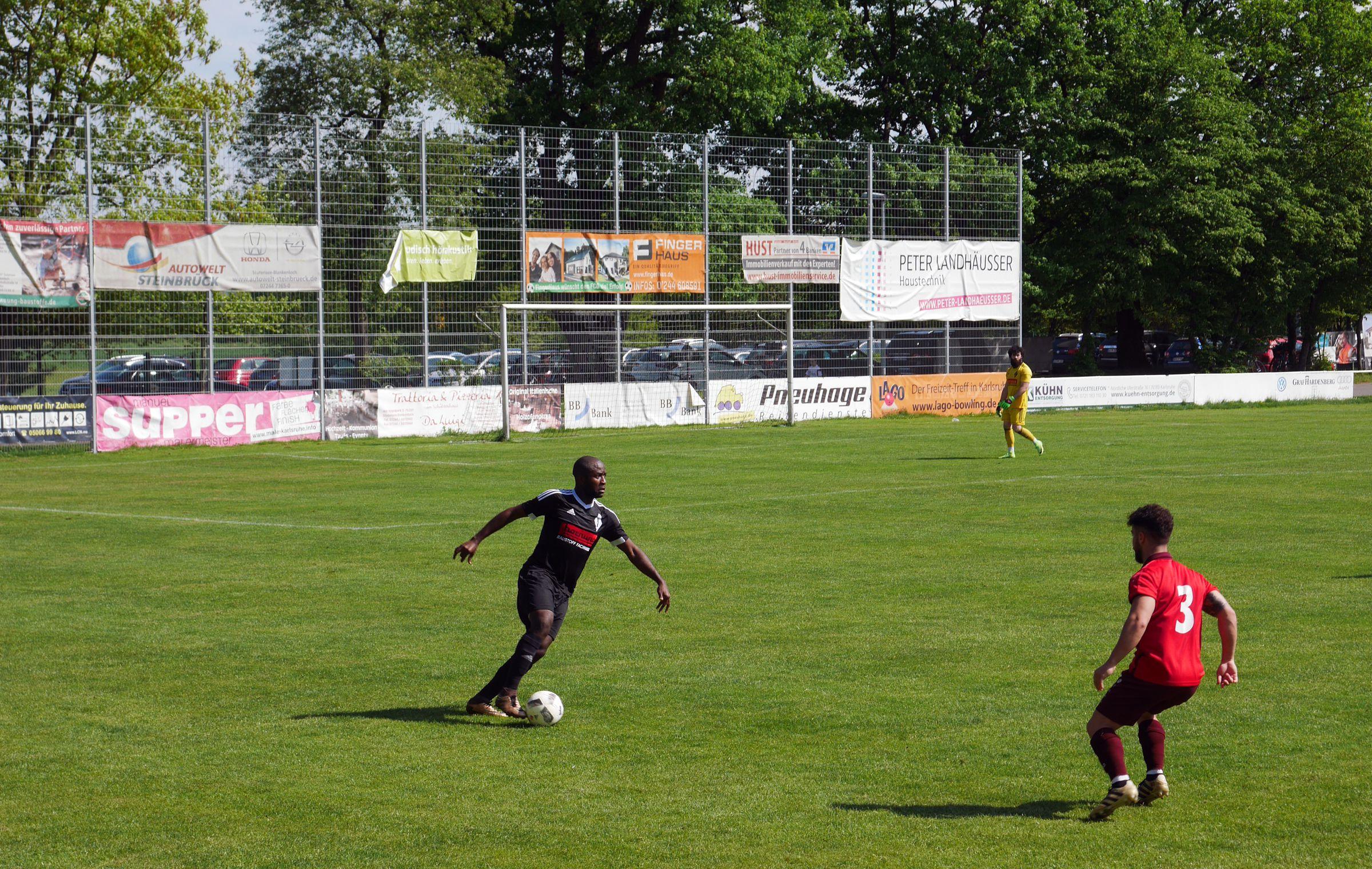 Friedrichstals Mendoua Engon treibt den Ball gegen Españols Fernandez nach vorne.