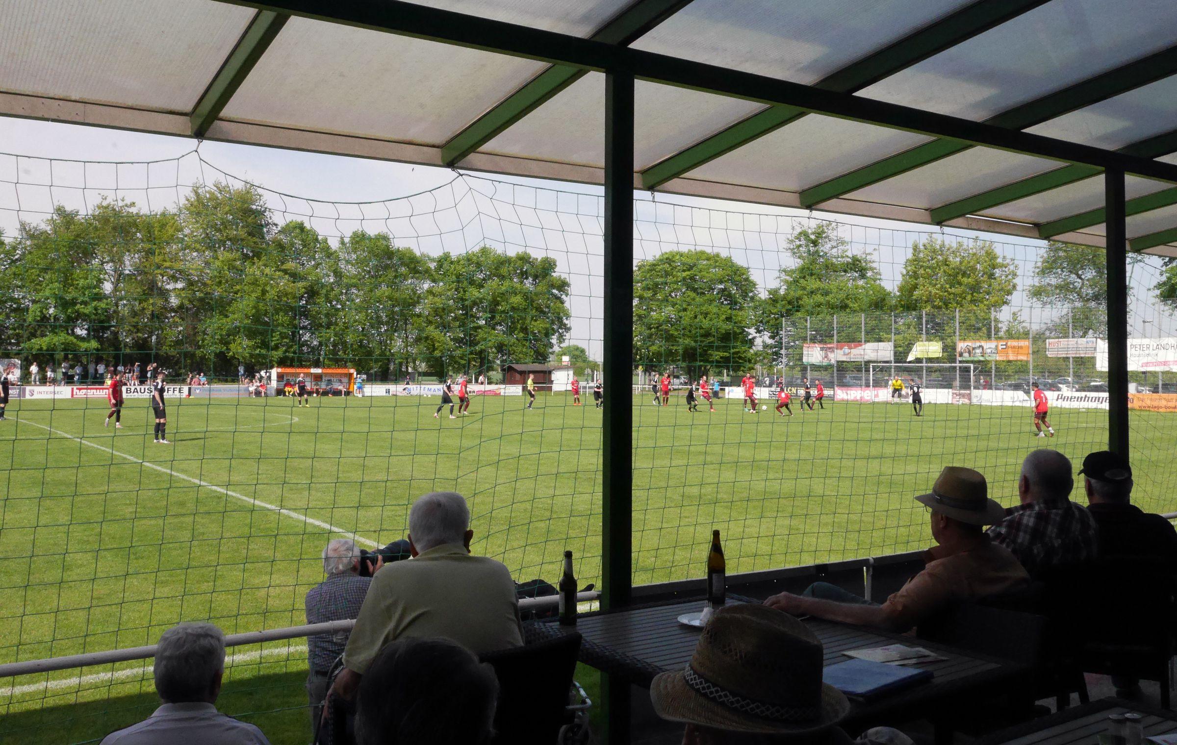 Im Schatten mit einem Bier Fußball schauen…