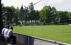 Fußball im Sonnenschein.