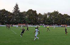 Friedrichtals Hans Kyei treibt den Ball nach vorne…