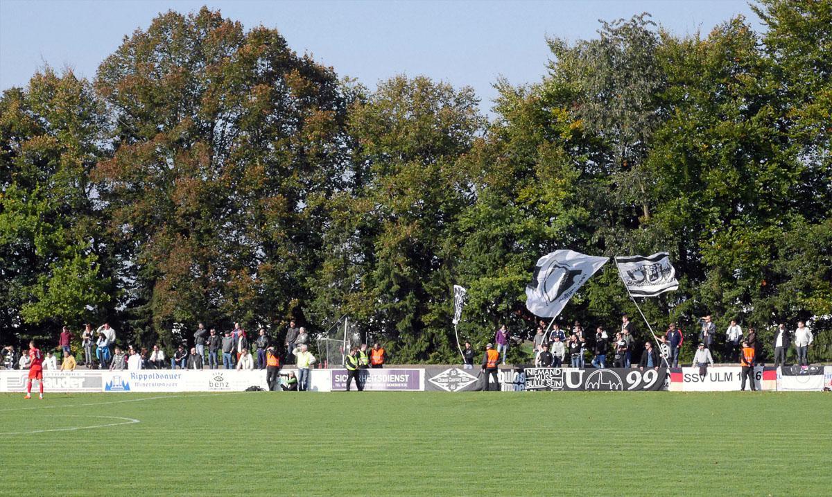 Bild: Stutensee-Stadion, Gegengerade mit Ulmer Fans