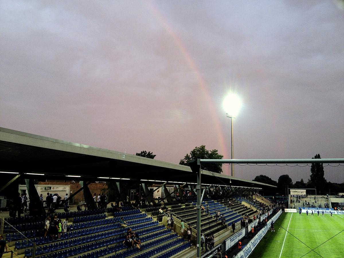 Bild: FSV Frankfurt vs KSC 14.8.15, Regenbogen über dem Volksbank Stadion