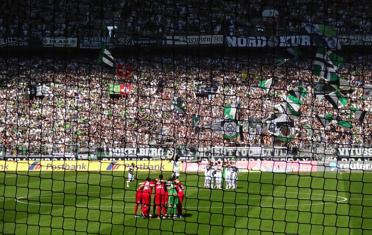 Gladbach vs Leverkusen, »The Huddle« vor dem Spiel.