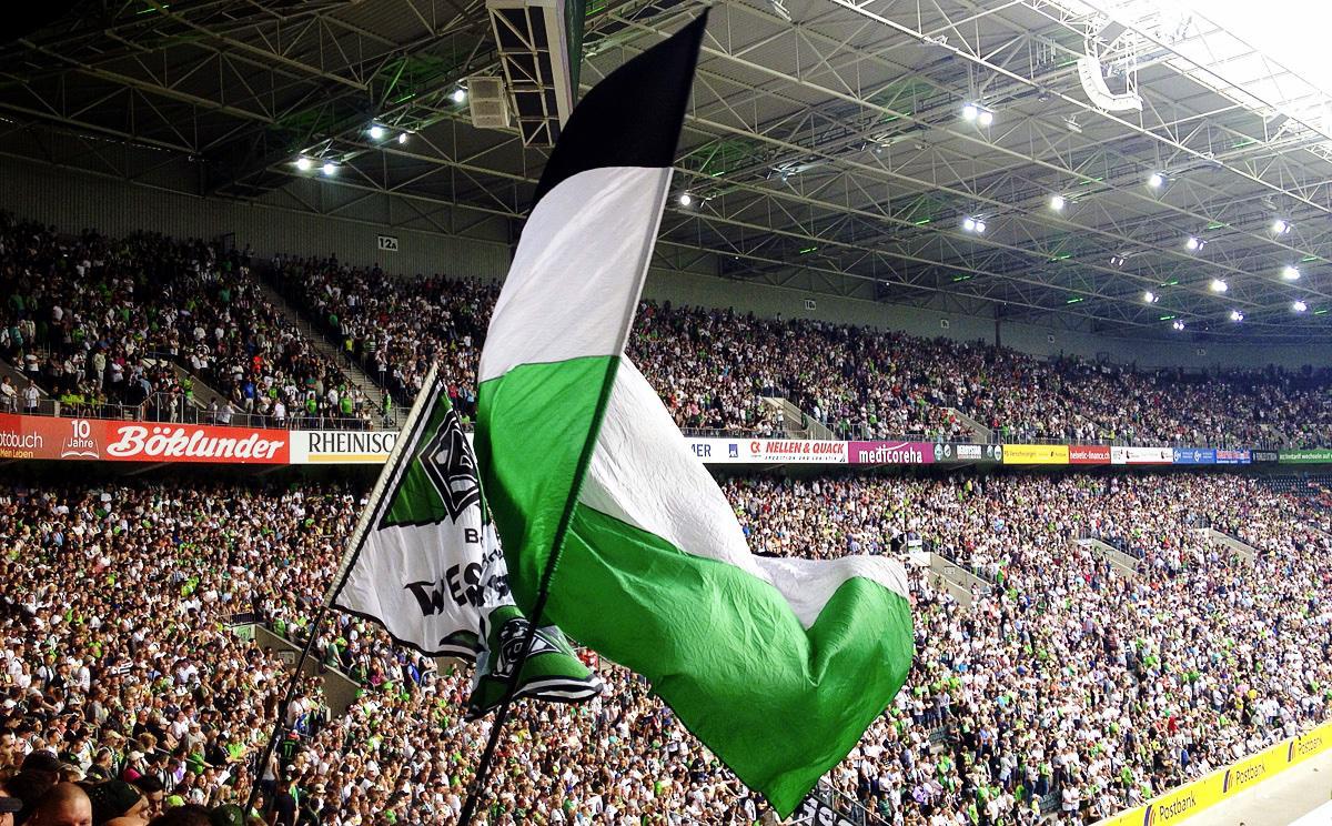 Bild: Fahnen beim Einmarsch der Akteure im Borussia-Park