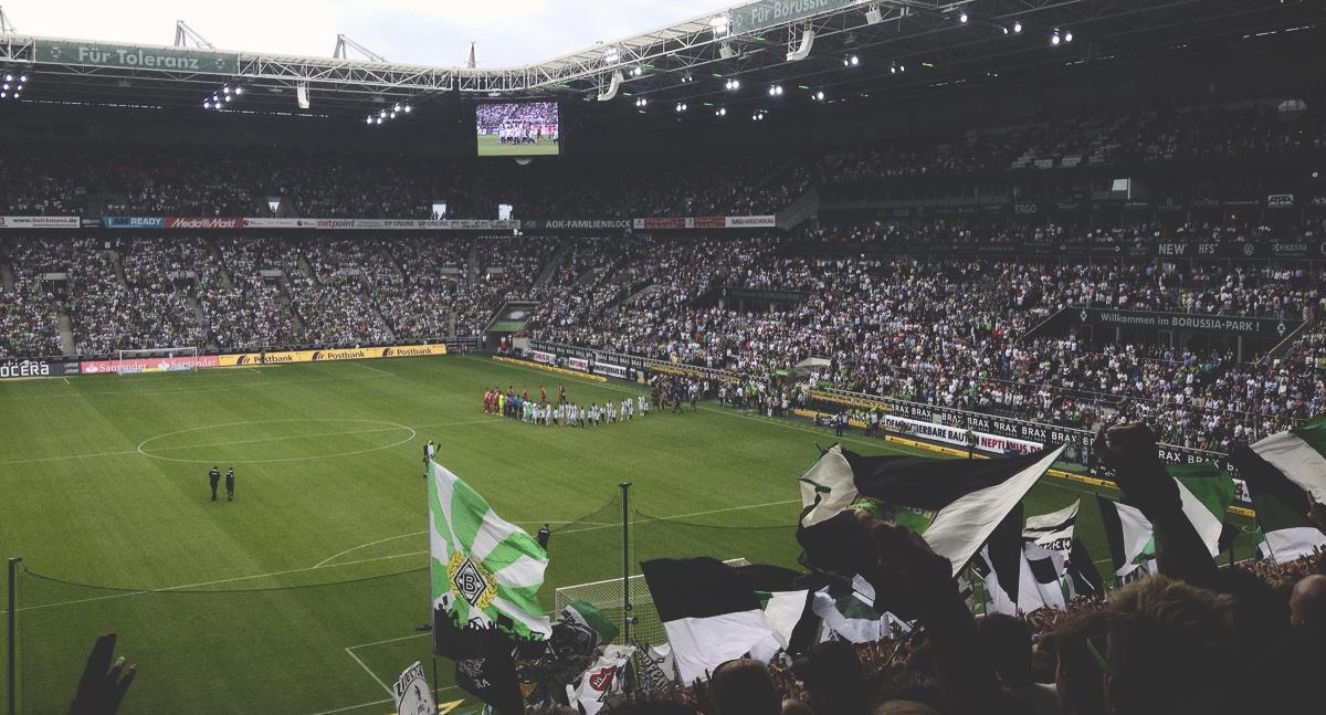 Bild: Einmarsch der Akteure im Borussia-Park
