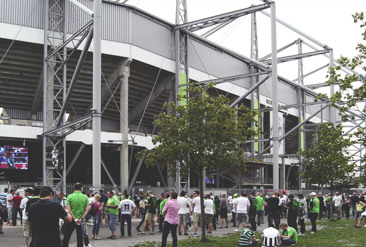 Bild: Fans versammeln sich vor dem Borussia-Park