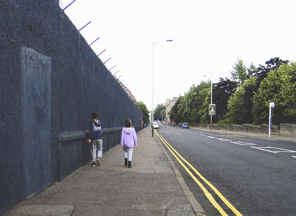 Bild: Kinder an der Mauer um Dens Park, Stadion von Dundee FC