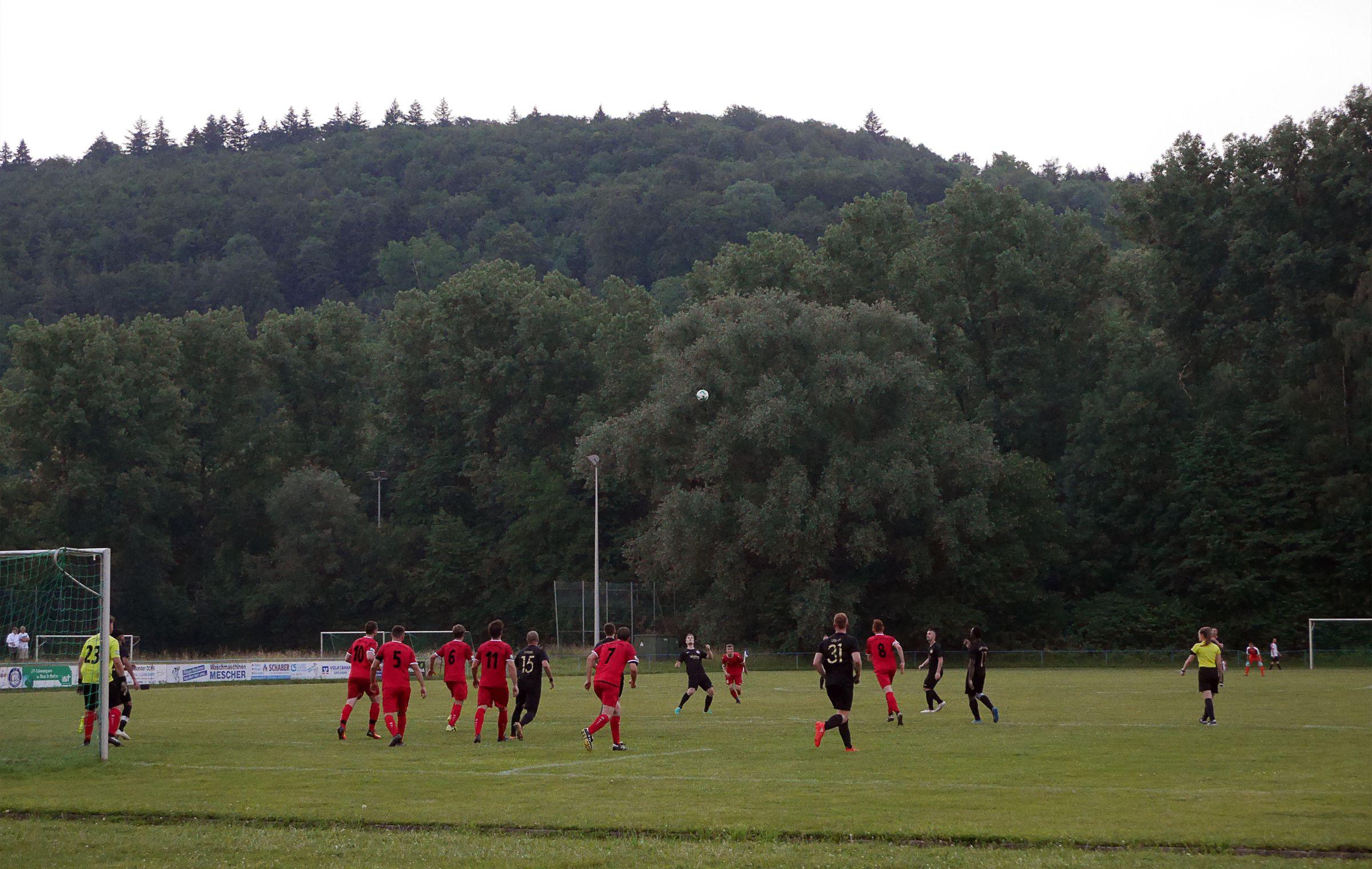 Vollversammlung in Jöhlingens Strafraum…