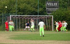 Sulzbachs Torhüter Antonio Lo Monaco beobachtet aufmerksam das Geschehen…