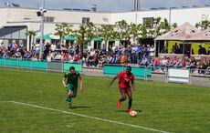 Ein ganz starkes Spiel von Españols Angreifer Carlos Del Oso Nchama (rechts am Ball)…