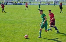 Kirchfelds Guiliano Krahl führt den Ball…