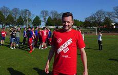SG Stupferich hatte T-Shirts vorbereitet– Daniel Arnold präsentiert es strahlend…