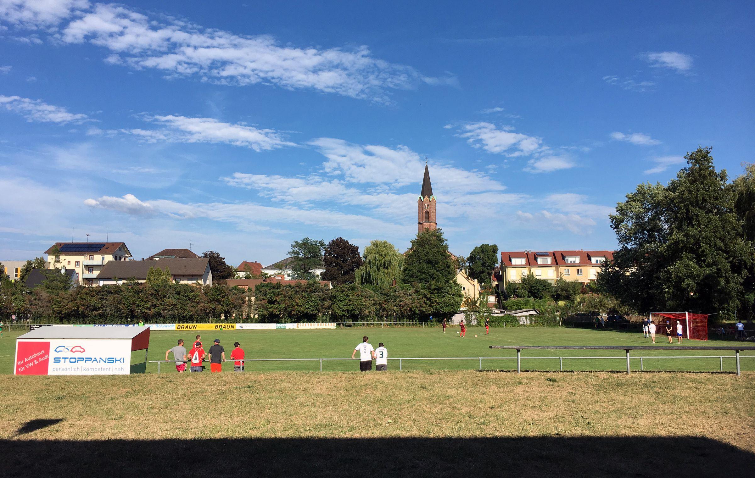 Sommerliche Wärme über dem Sportplatz…