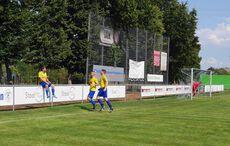 0:1 – Torschütze Uwe Beck feiert auf der Balustrade…