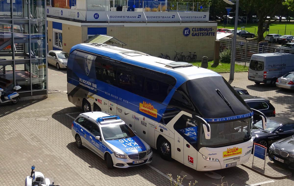 Der Bochumer Mannschaftsbus wurde sogar beim Parken eskortiert…