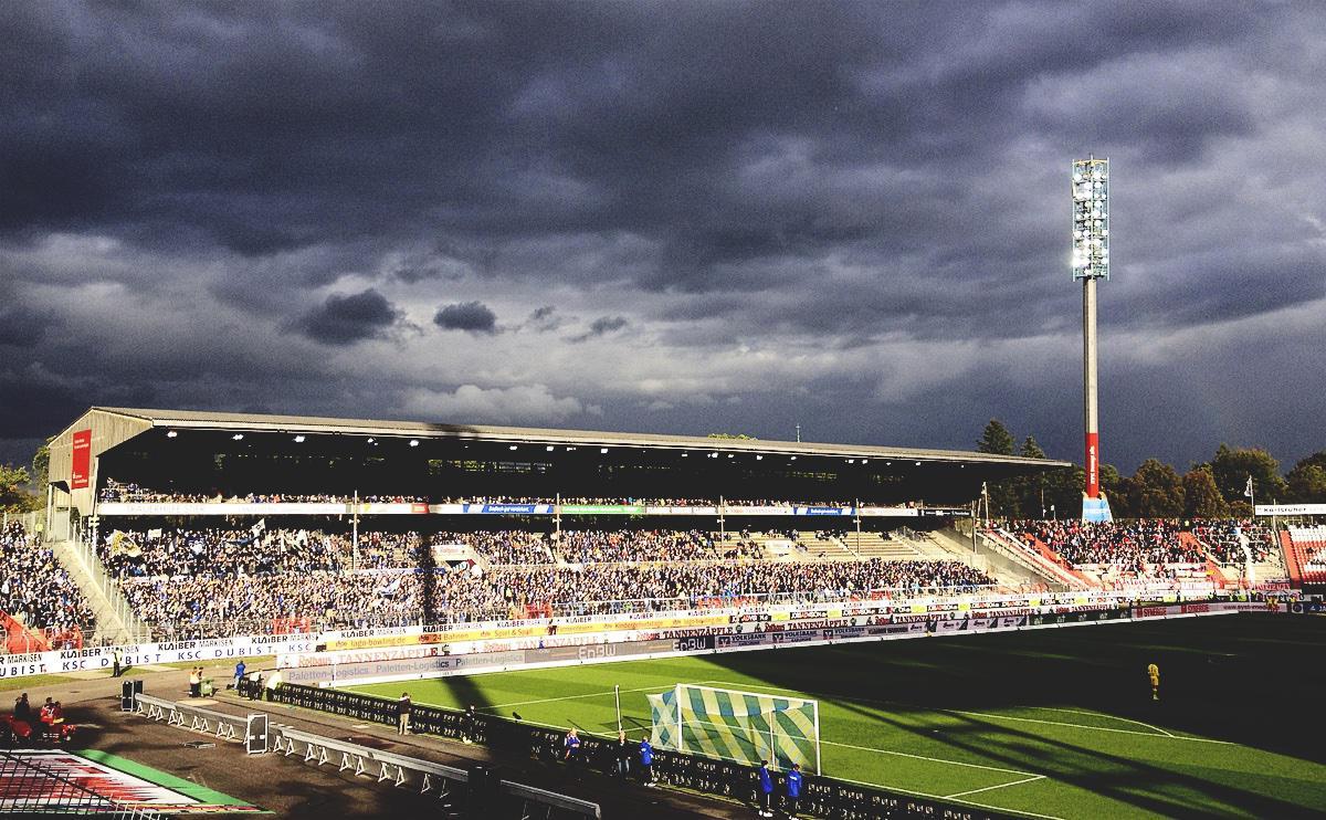 Bild: KSC vs Fortuna Düsseldorf, dunkle Wolken