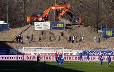 Dekorativ drapierte Bagger und eine Baustellenbesichtigung am Spieltag…
