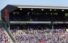 Karlsruher Fankulturbewegte verlassen wg. einer Fahne schon während des Spiels den Block…