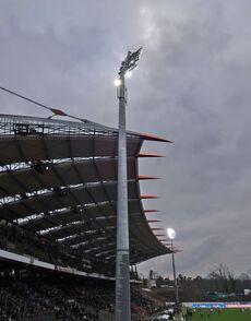 Die neuen (temporären) Flutlichtmasten neben der Haupttribüne…
