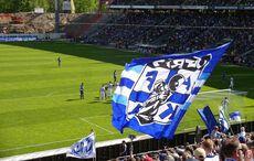 Ungestört aufs Spielfeld schauen wird überbewertet – Hauptsache die Ultras können ihre grotesk große Fahne zeigen…