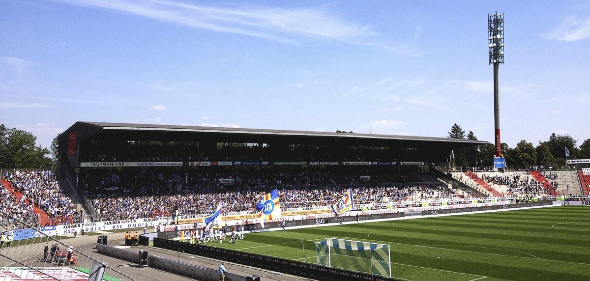 Bild: KSC vs MSV Duisburg 2:0, 22.8.15, Spieler nach dem Spiel in der Fankurve