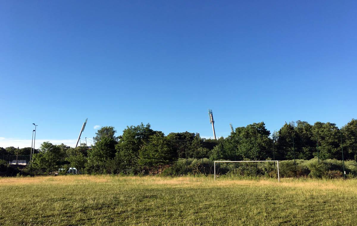 Der schicke neue Kunstrasenplatz: Vorher (im Juni 2017)…