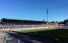 Blauer Himmel – leeres Stadion.