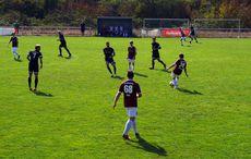 In der zweiten Hälfte waren die Gäste (weiße Hosen) mehr mit Meckern als mit Fußball spielen beschäftigt…