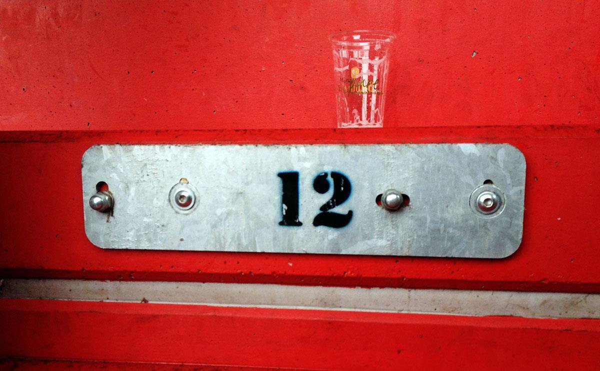 Leerer Becher auf einem nummerierten Stehplatz im Gästeblock der Mainzer Arena, 2013