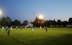 Kampf um den Ball unter Flutlicht…