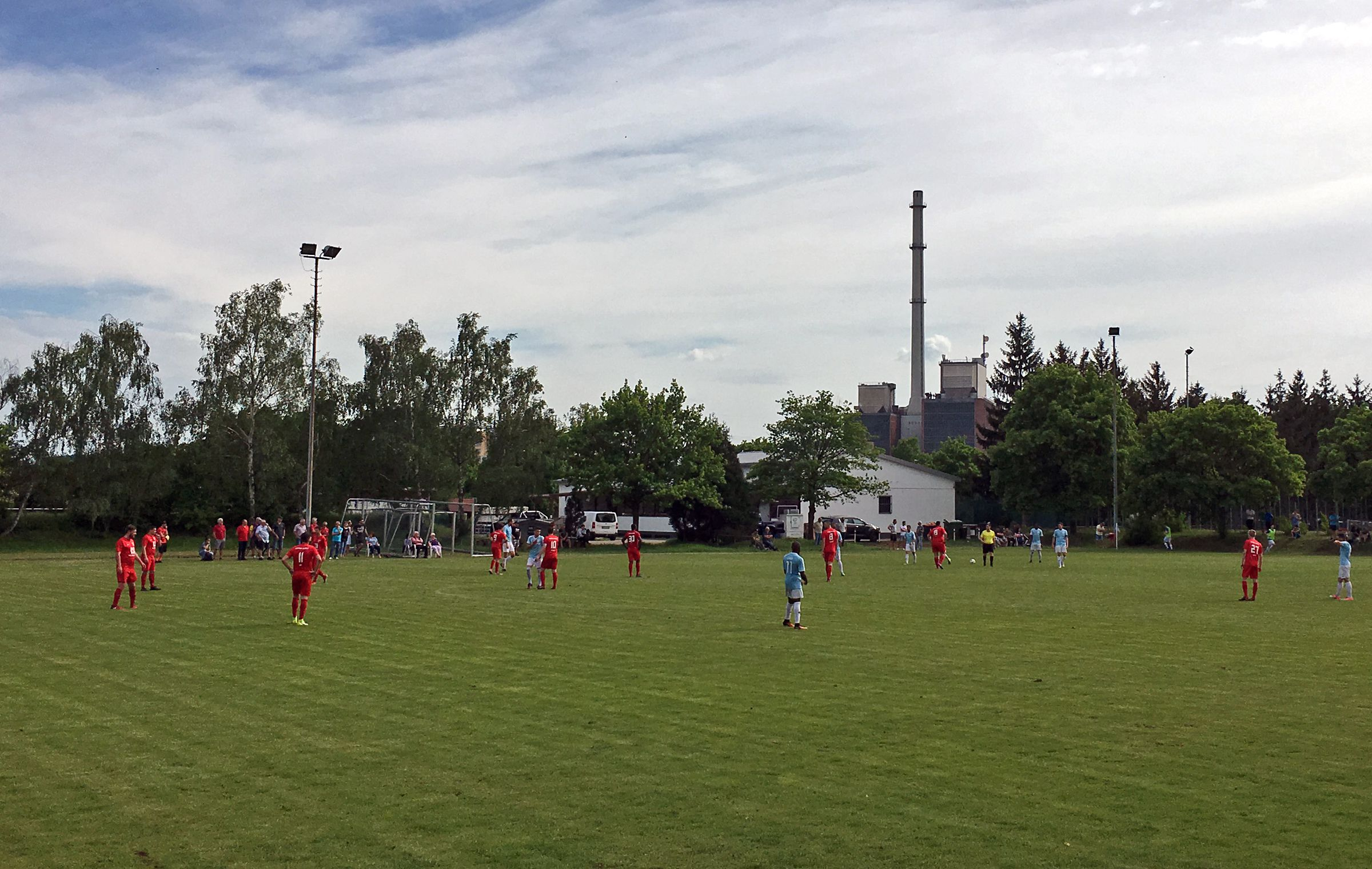 Malerisch: Das Heizkraftwerk im Hintergrund…
