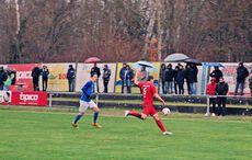 FC Germanias Zelic (5 in Rot) wehrt sich gegen die Angriffe des FC 08…